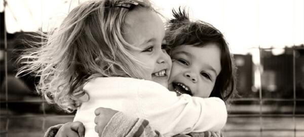 Desejar com uma frase de aniversário muitas felicidades para a sua melhor amiga.